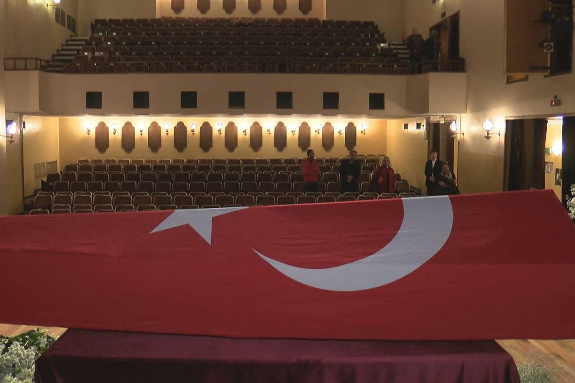 Yıldız Kenter'in Türk bayrağına sarılı cenazesi Keneter Tiyatrosu'nda.