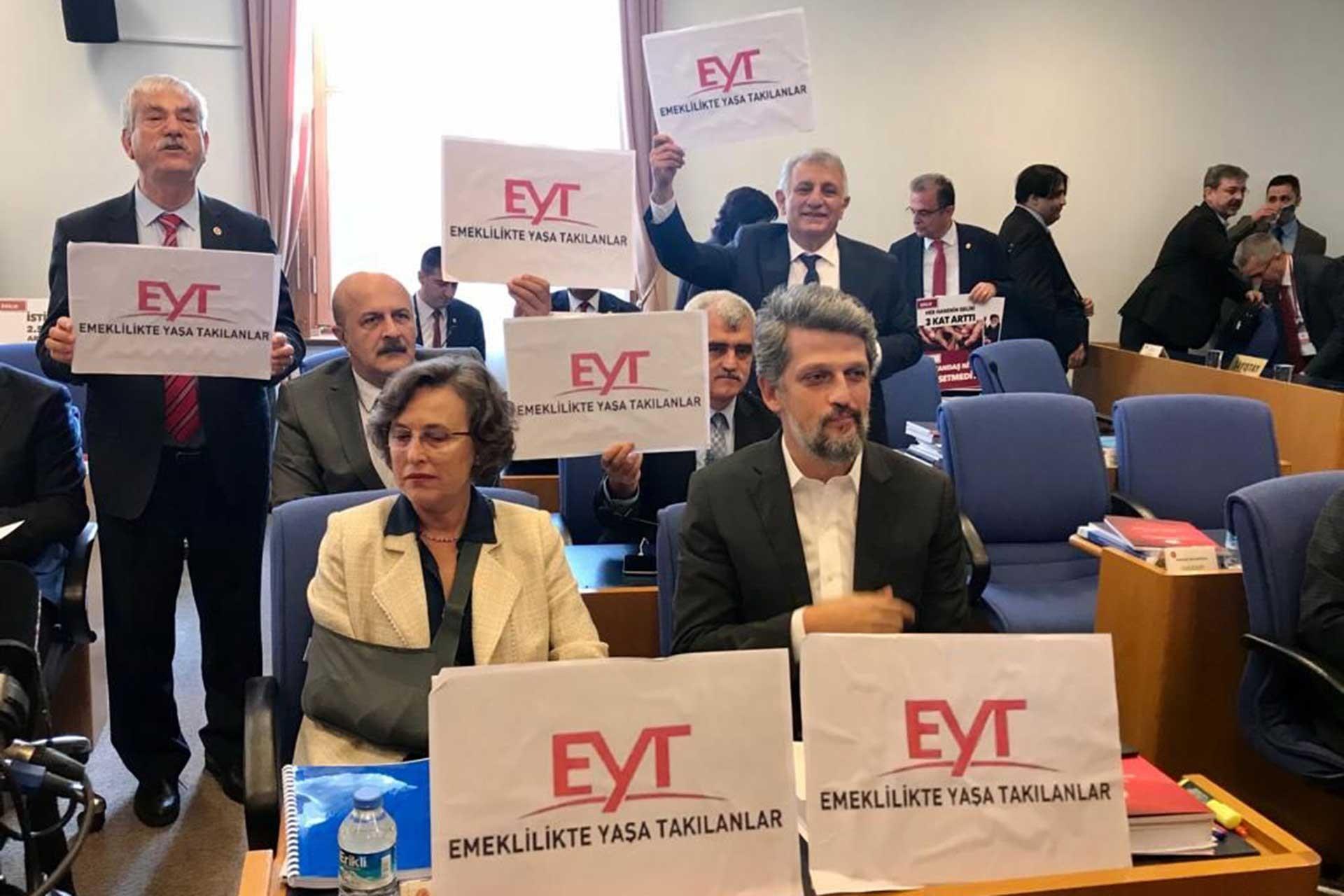 HDP ve CHP Milletvekilleri bütçe görüşmeleri sırasında ellerinde