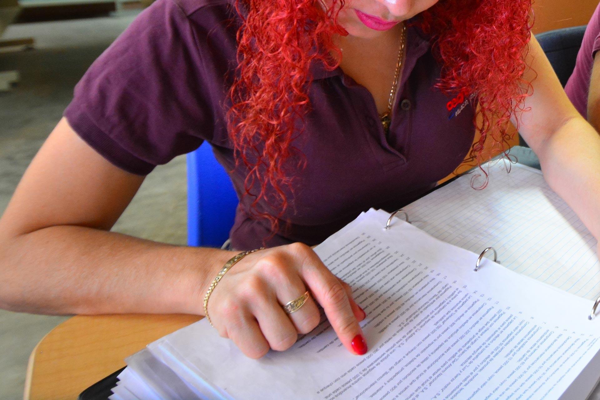 Parmağıyla yazıyı takip ederek okuyan kadın fotoğrafı