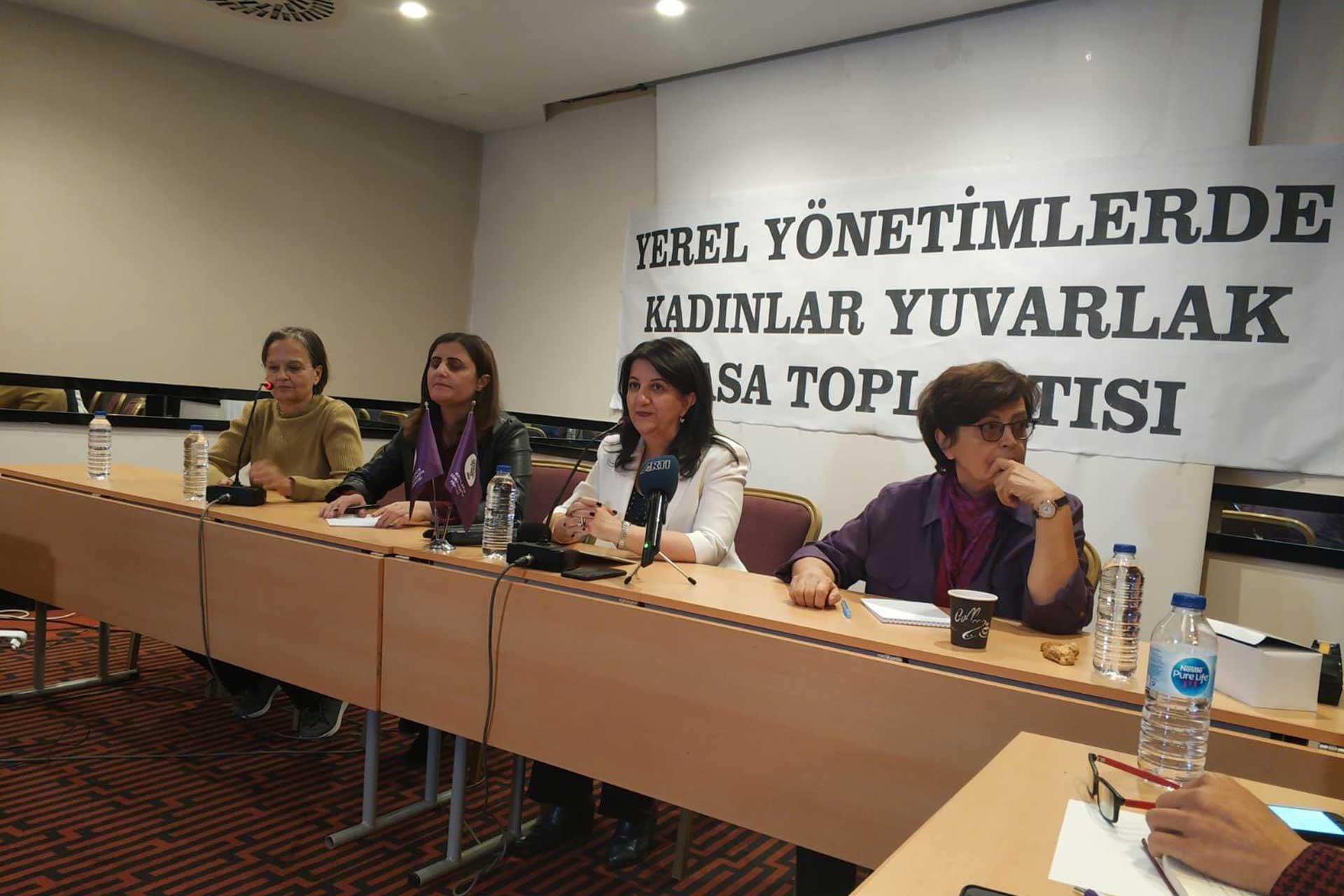 HDP Kadın Koordinasyonu gazetecilerle toplantı yaparken