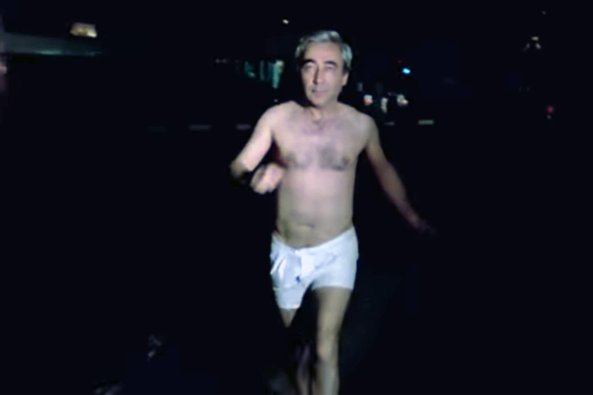 Şener Şen, Çıplak Vatandaş filminde, yarı çıpla koşuyor.