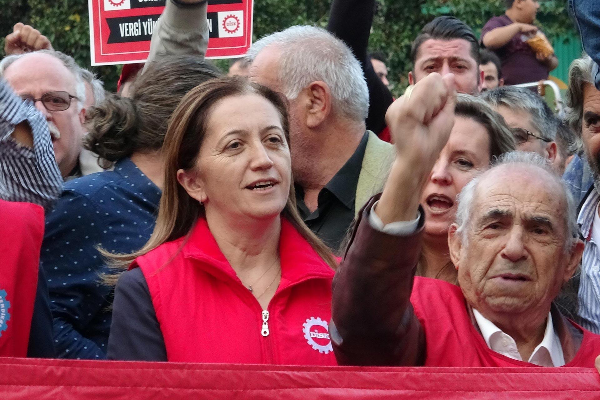 DİSK Genel Başkanı Arzu Çerkezoğlu basın açıklaması sırasında slogan atarken