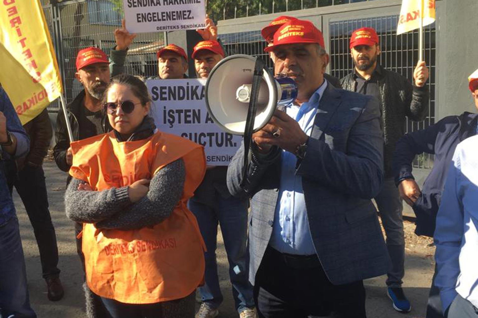 VİP Giyim fabrikası önünde DERİTEK sendikası yöneticileri ve üyeleri basın açıklaması yaparken