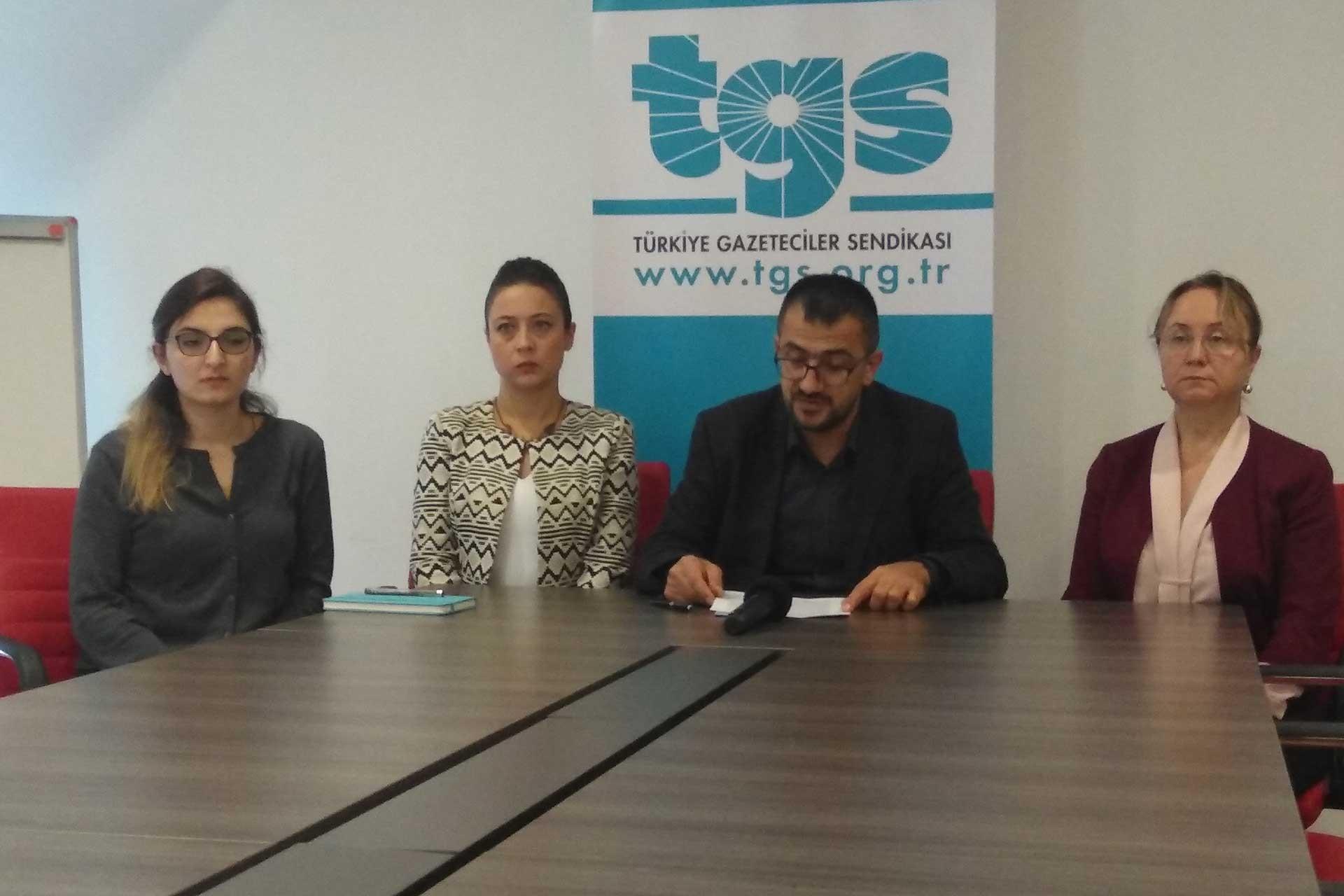 Türkiye Gazeteciler Sendikası Genel Başkanı Gökhan Durmuş ve sendika avukatları açıklama yapıyor.