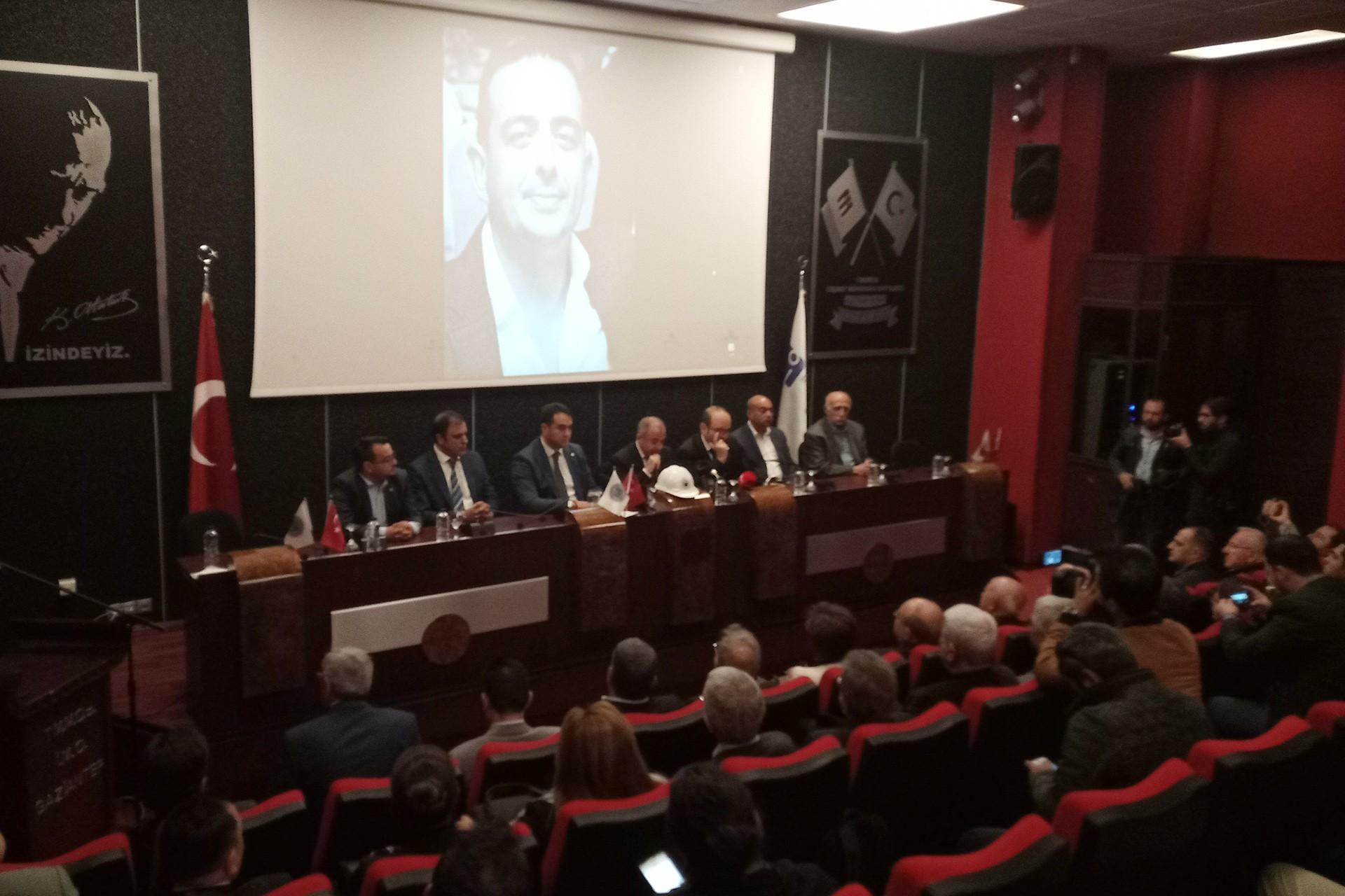 İnşaat Mühendisleri Odası Gaziantep Şubesi'nde oda yöneticileri açıklama yapıyor