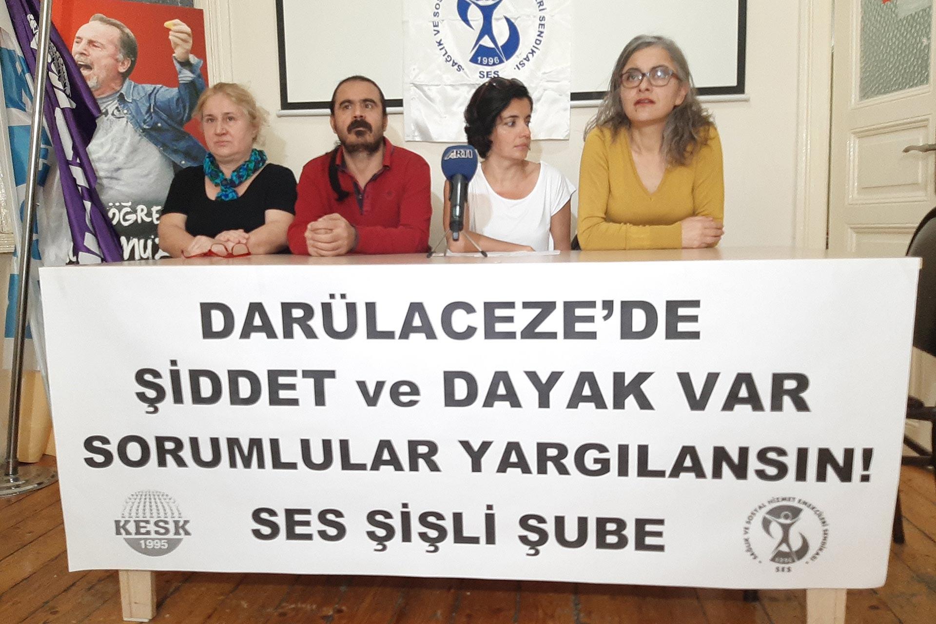SES üyeleri 'Darülaceze'de şiddet ve dayak var, sorumlular yargılansın!' yazılı pankart arkasında basın açıklaması yaparken