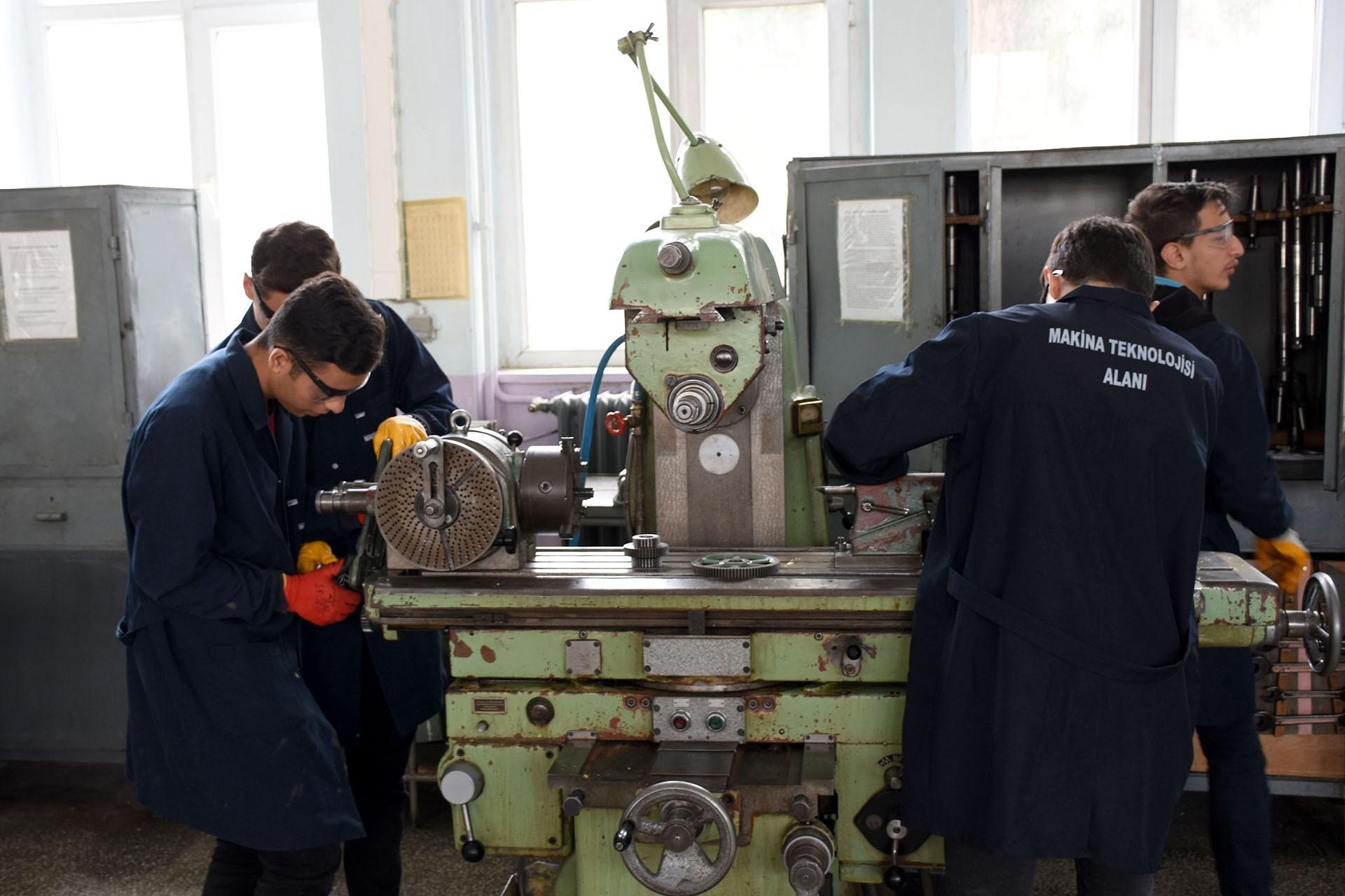 Aksaray Mesleki ve Teknik Anadolu Lisesi öğrencileri çalışırken