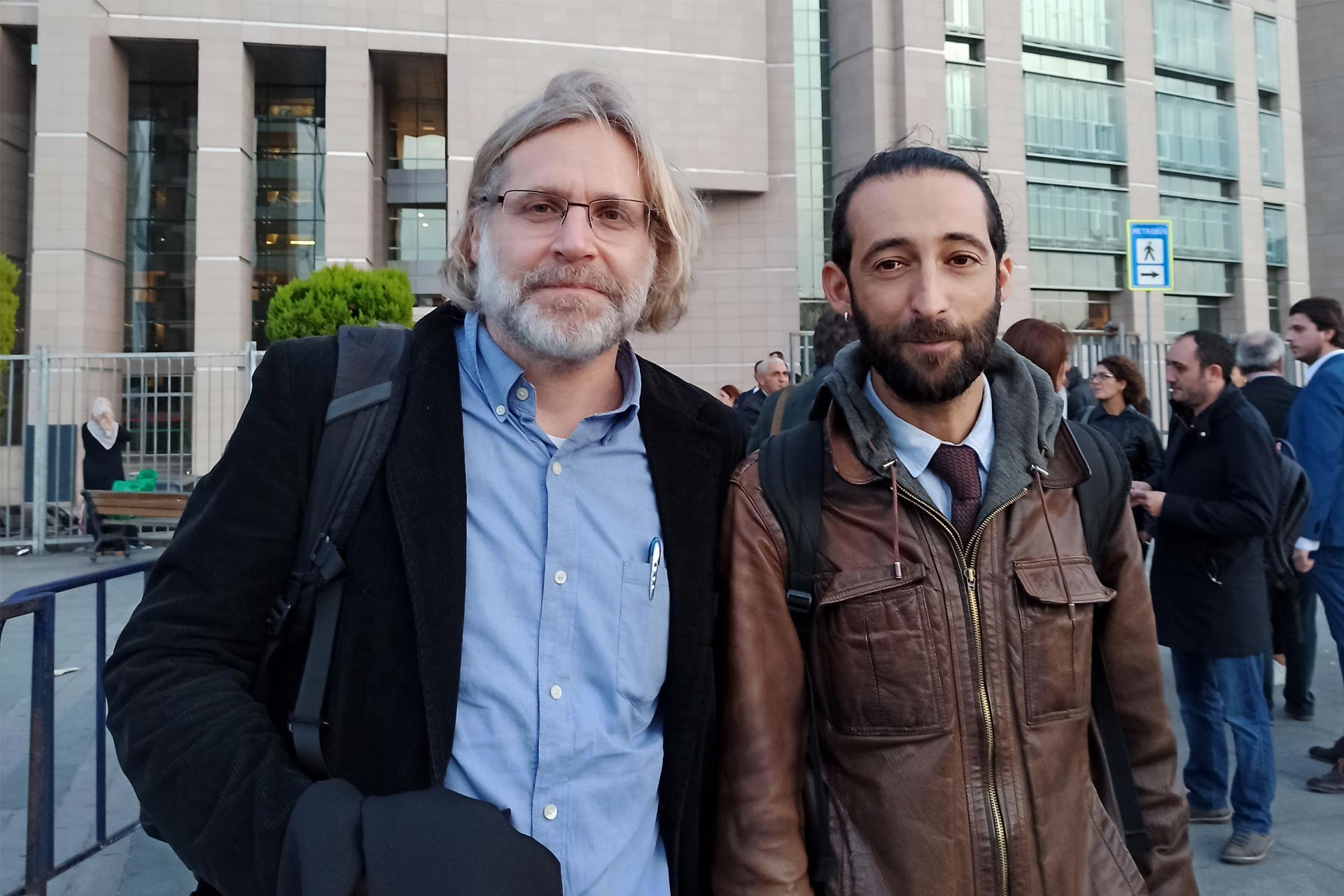Avukat Tora Pekin ve Avukat Abbas Güçlü, Çağlayan'daki İstanbuıl Adliyesi önünde iken