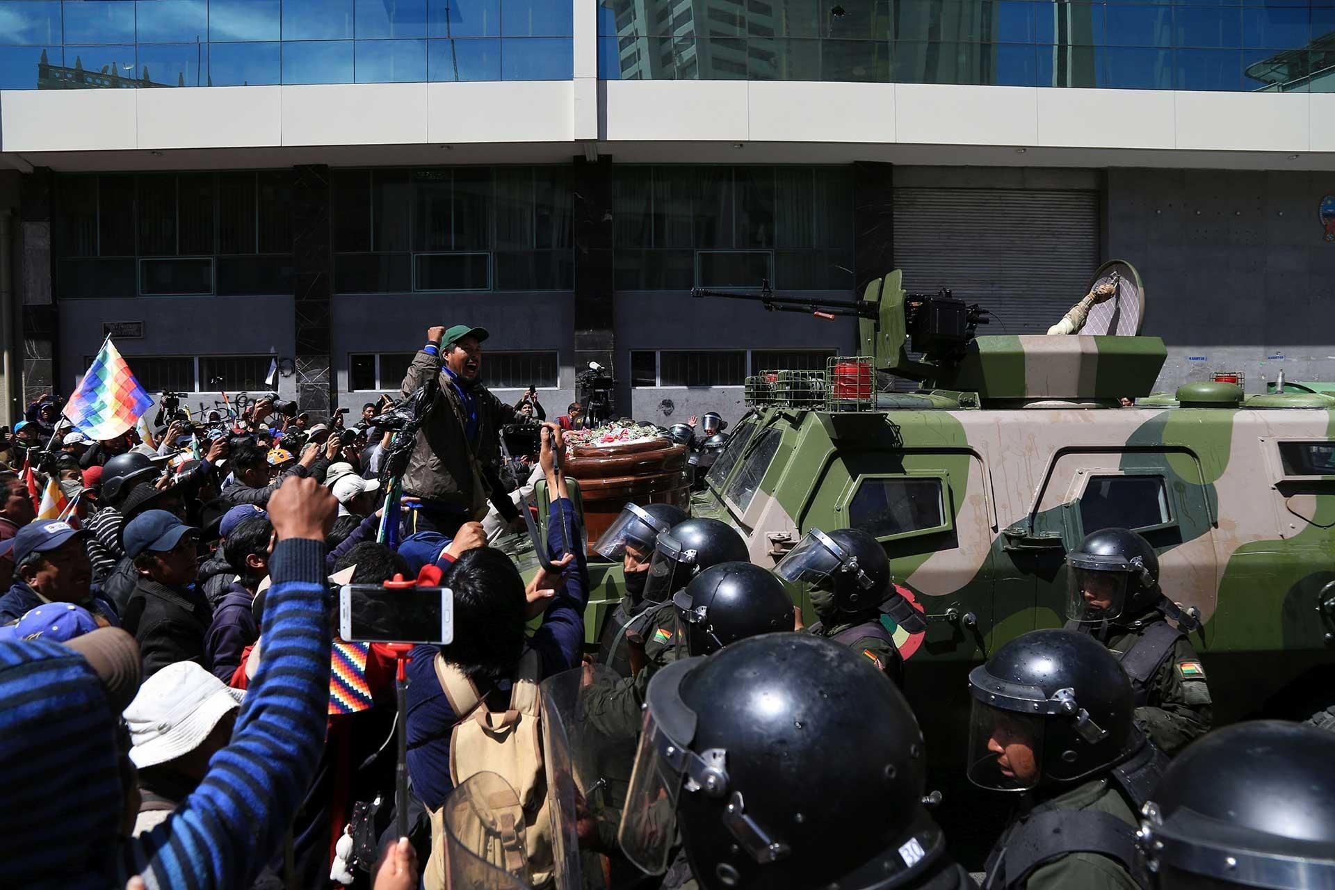 Bolivya'da cenazelerini taşıyan darbe karşıtları ile güvenlik güçleri karşı karşıya