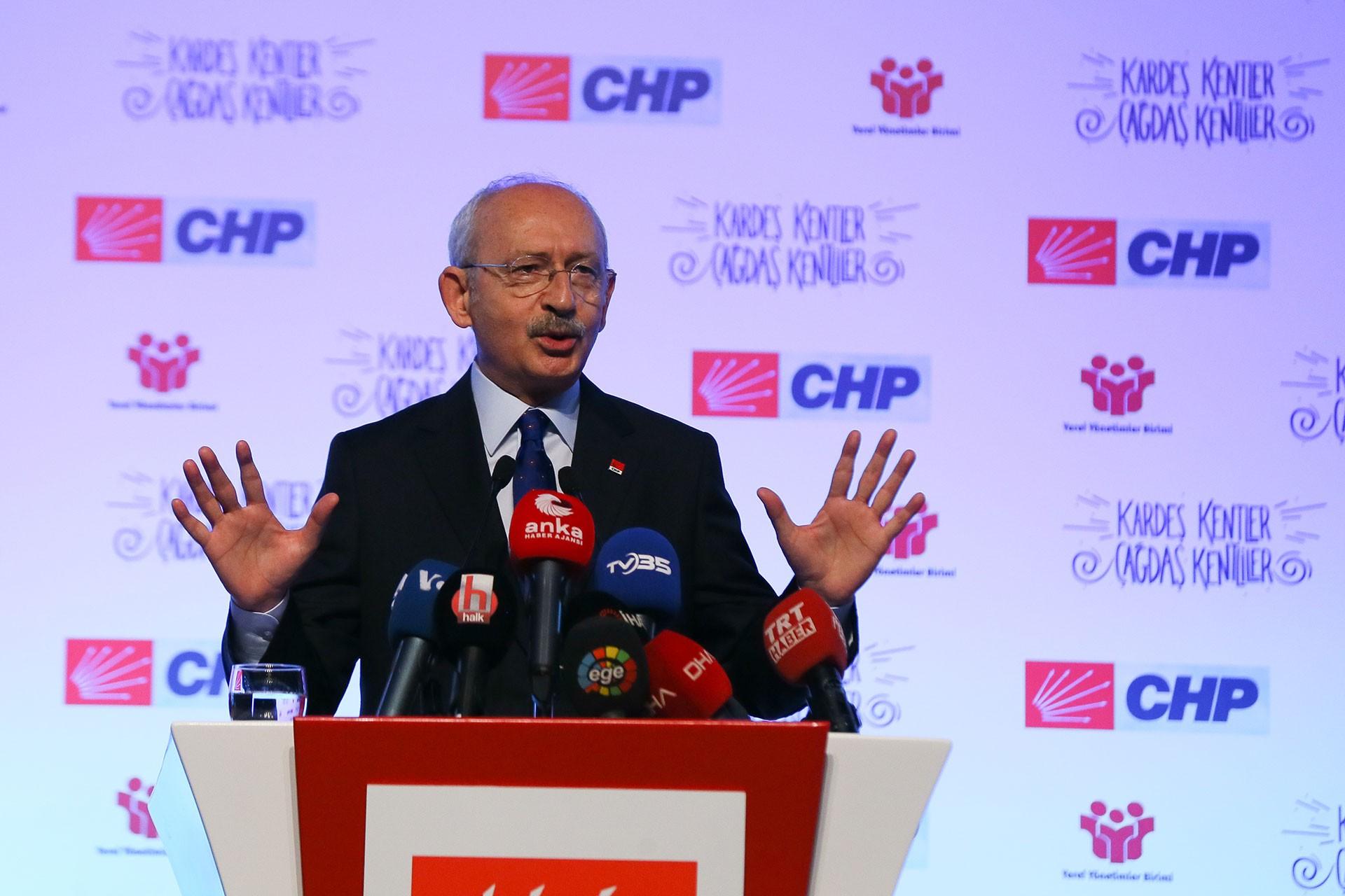 Kemal Kılıçdaroğlu İzmir'de belediye başkanlarının katıldığı toplantıda konuşuyor.