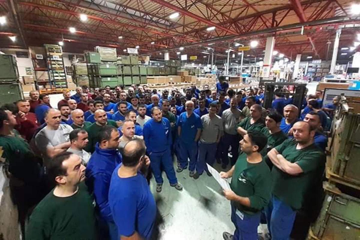 Fabrikada toplanan metal işçileri Birleşik Metal-İş'in sözleşme ile ilgili bildirisini okuyor.