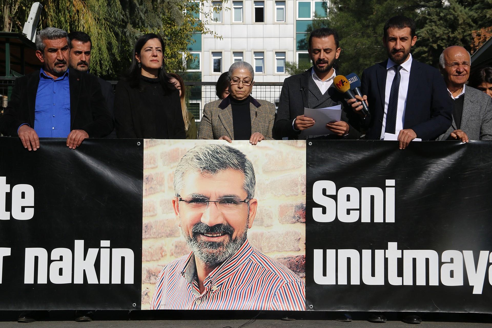 Diyarbakır Adliyesi önünde avukatlar açıklama yapıyor