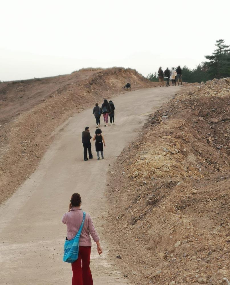 Kirazlı Balaban bölgesindeki yaşam savunucuları patika yoldan yürürken çekilmiş bir fotoğraf