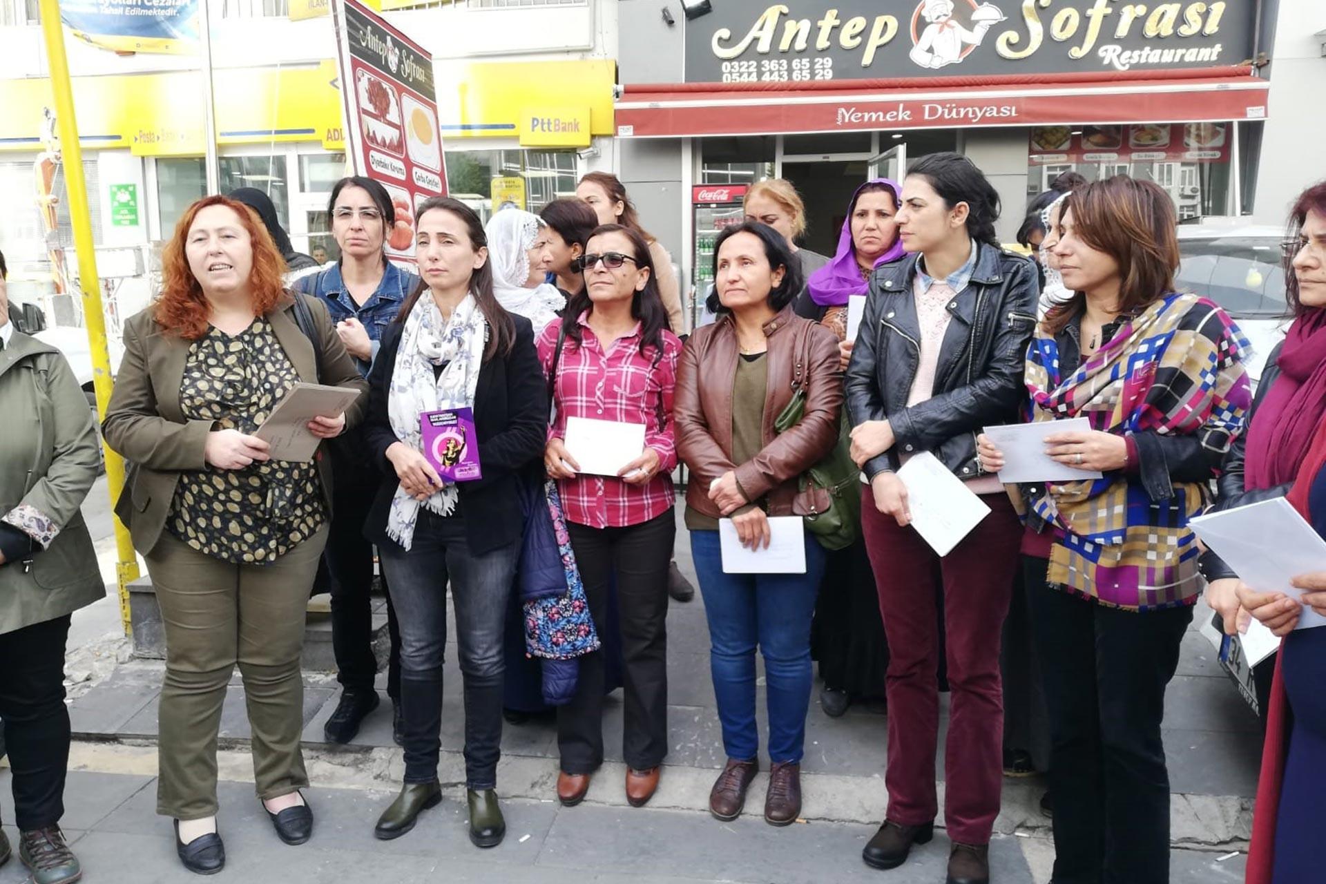Adana HDP  Kadın Meclisi ve Adana Kadın Platformu üyeleri, PTT önünde açıklama yaparken