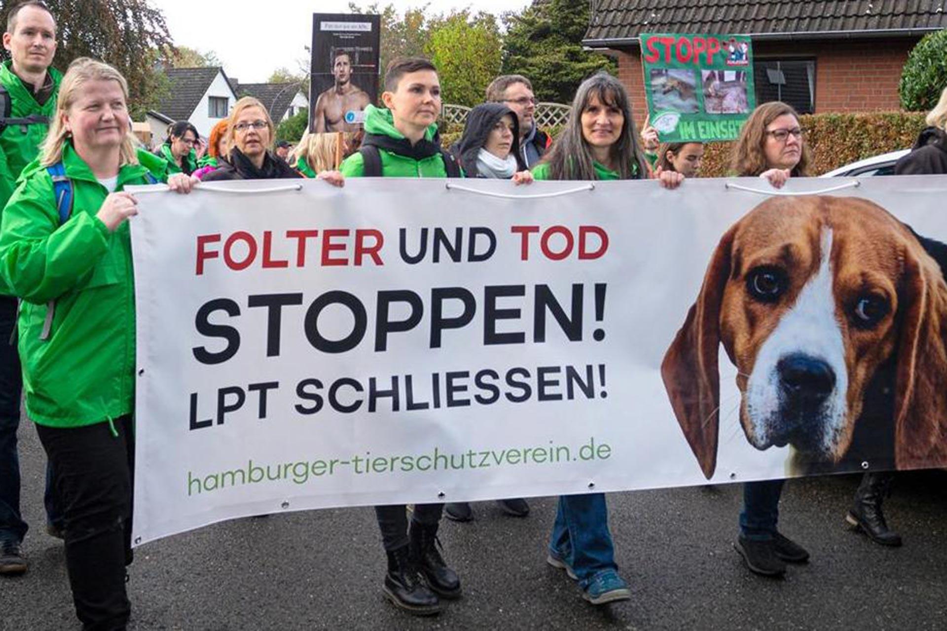 Hamburg'daki hayvan hakları mitingine katılanlar, ellerinde 'İşkence ve ölümleri durdur, LPT kapatılsın' yazılı pankartla yürürken
