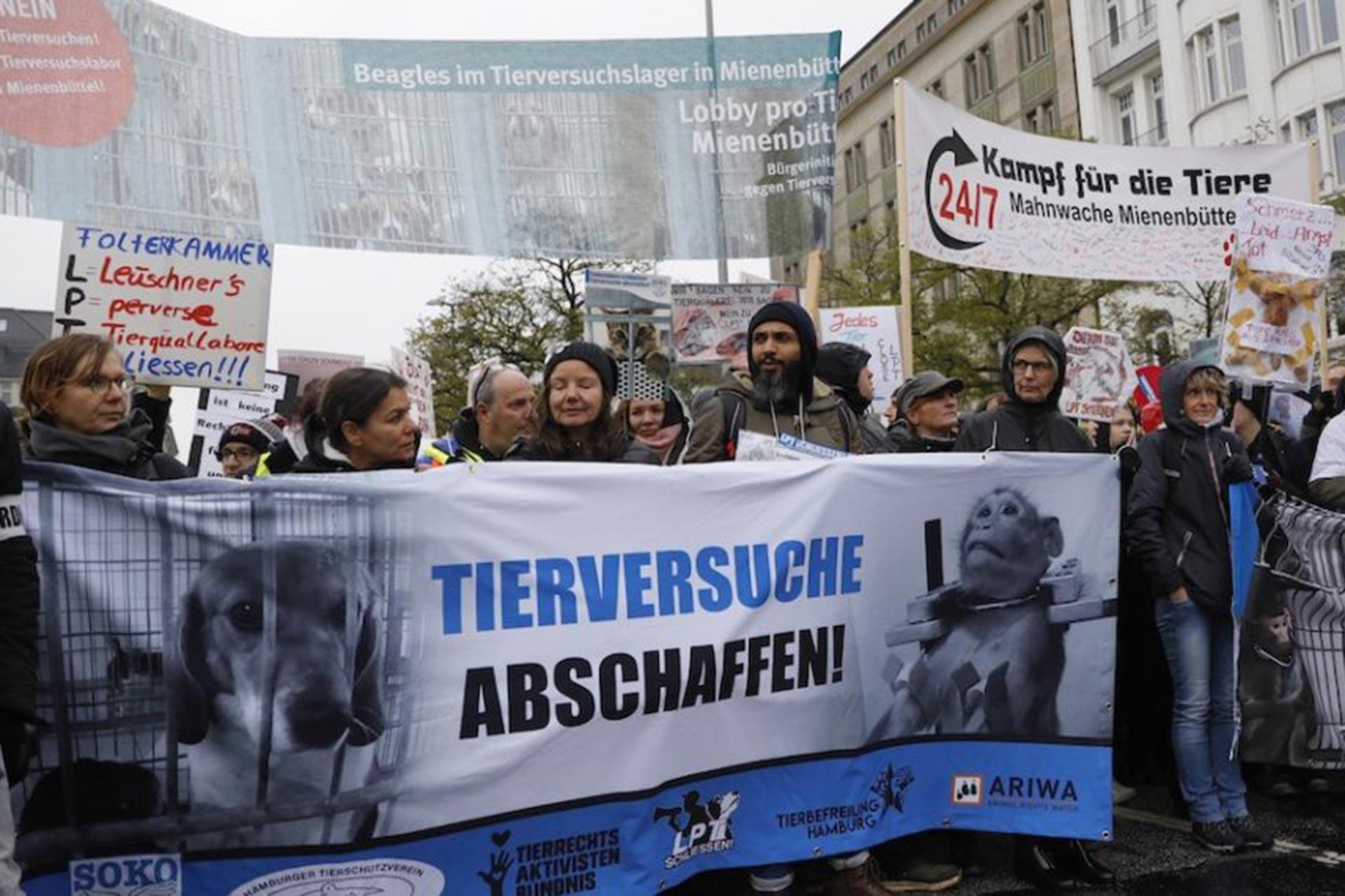 Hamburg'da hayvan haklarının korunması için yapılan mitinge katılanlar, 'Hayvan deneyleri durdurulsun!' yazılı pankartın arkasında yürürken