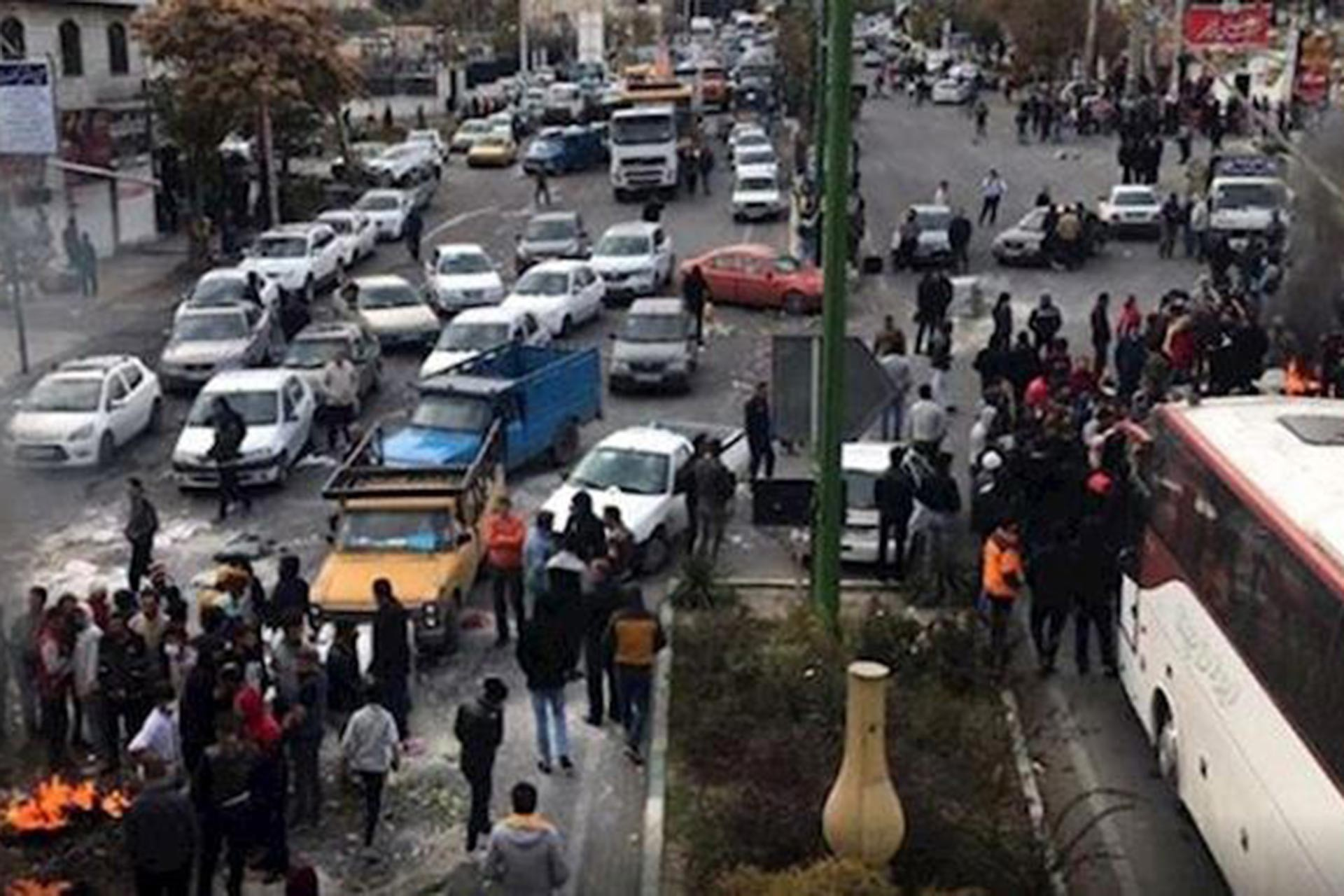İran'da akaryakıta zam sonrası başlayan protestolar