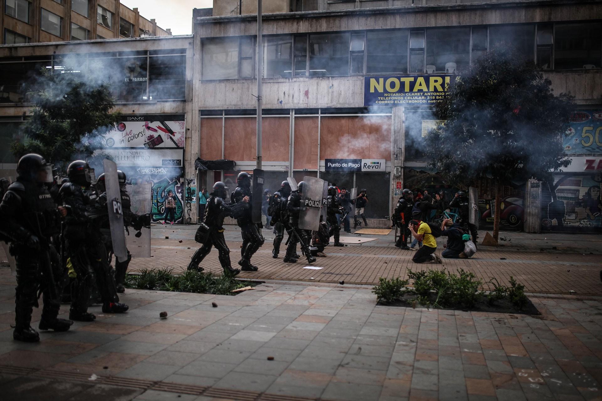 Bogota'daki polis, eylemlere katılanlara saldırdı.
