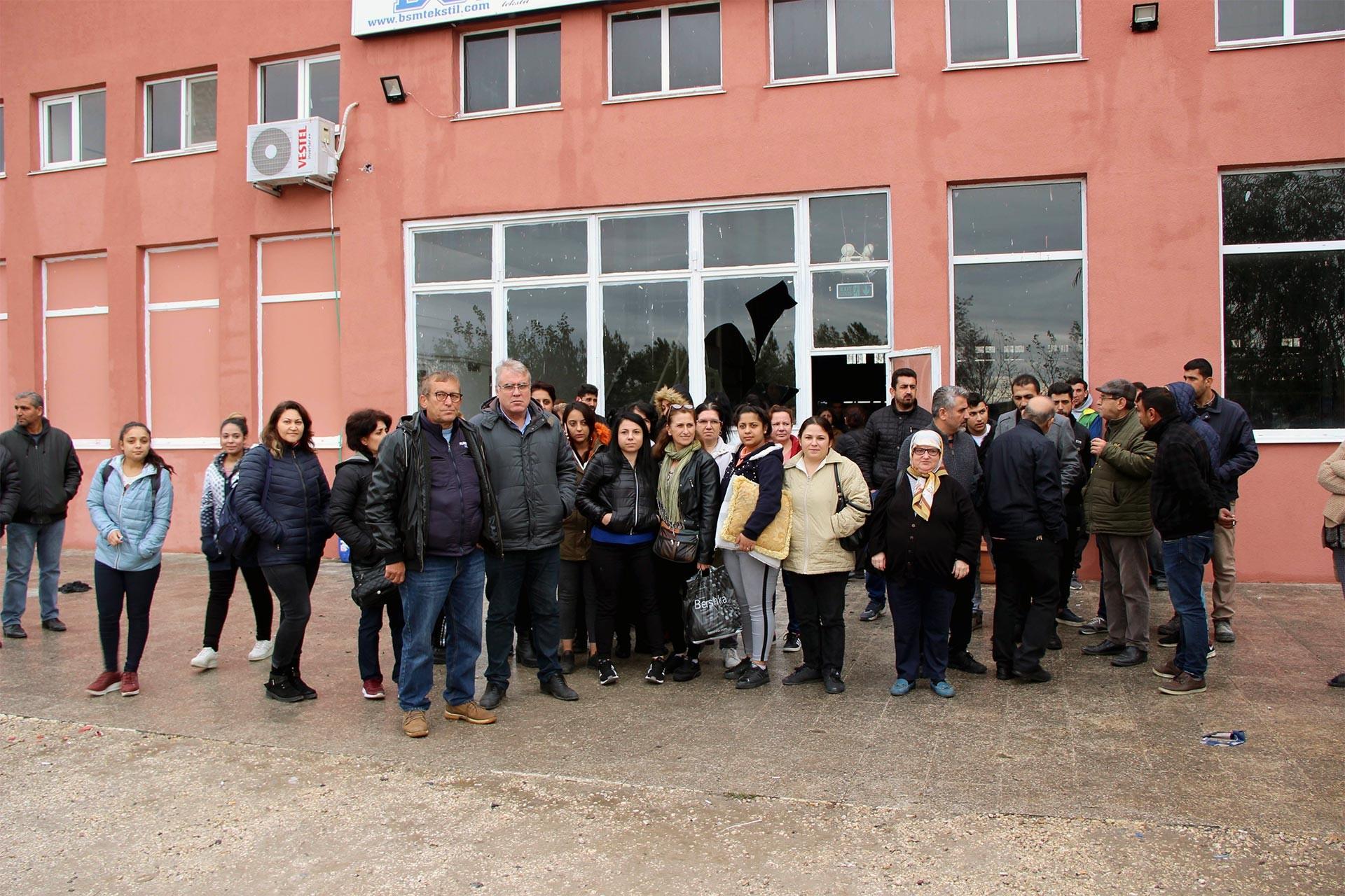 Ücretleri ödenmeyen tekstil işçileri, atölye önünde beklerken