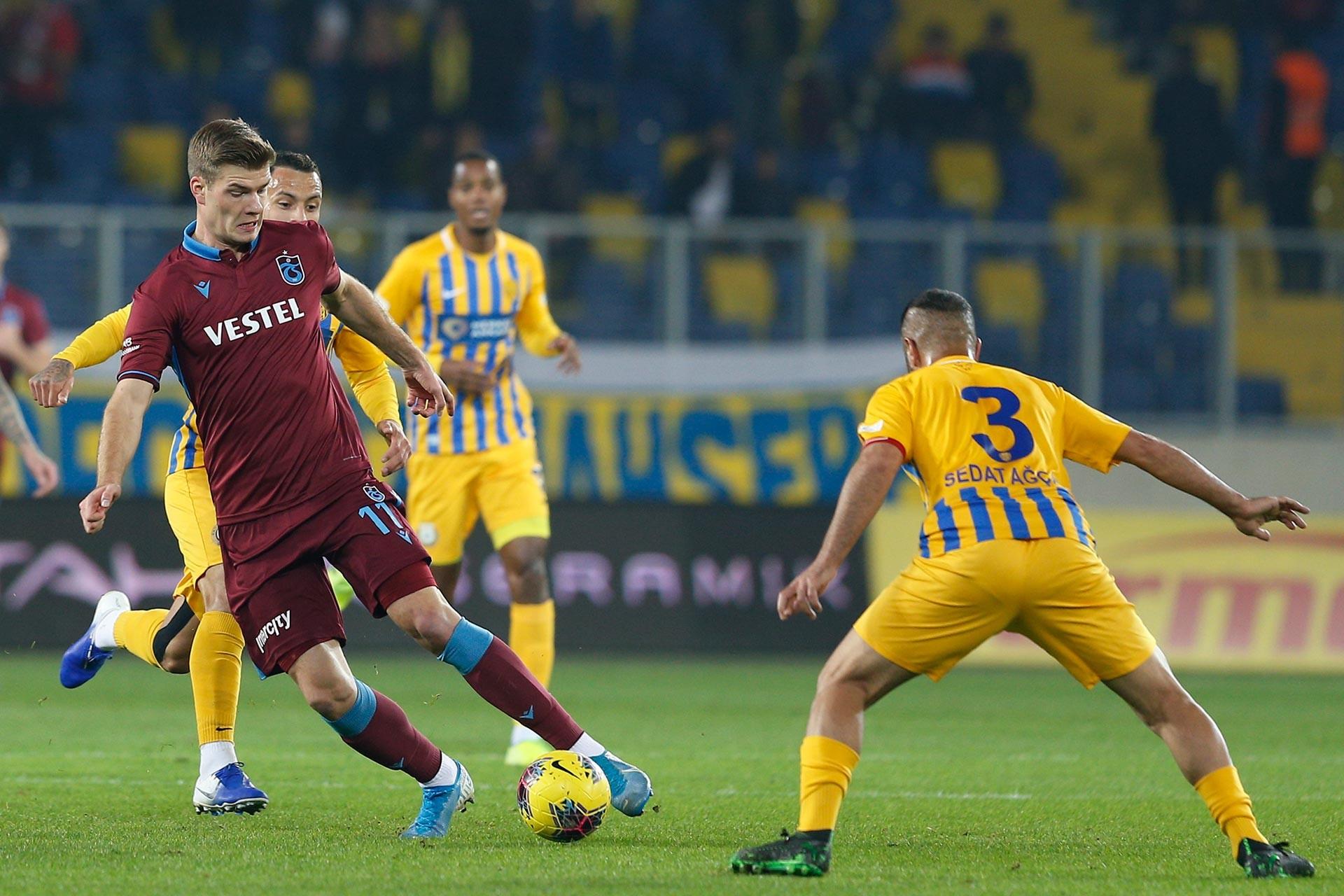 Trabzonspor oyuncusu Sorloth ile Ankaragücü oyuncusu Sedat Ağçay maçta mücadele ederken