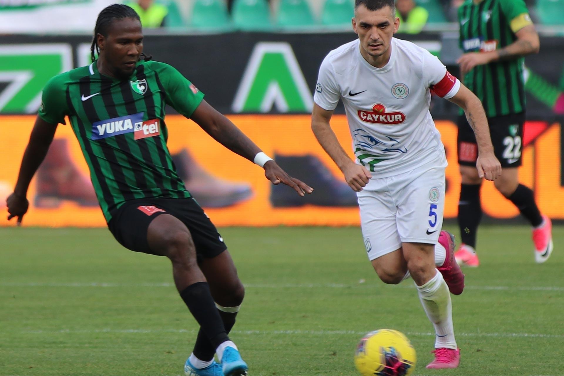Denizlispor'dan Rodallega, Rizesporlu oyuncu ile maçta mücadele ederken