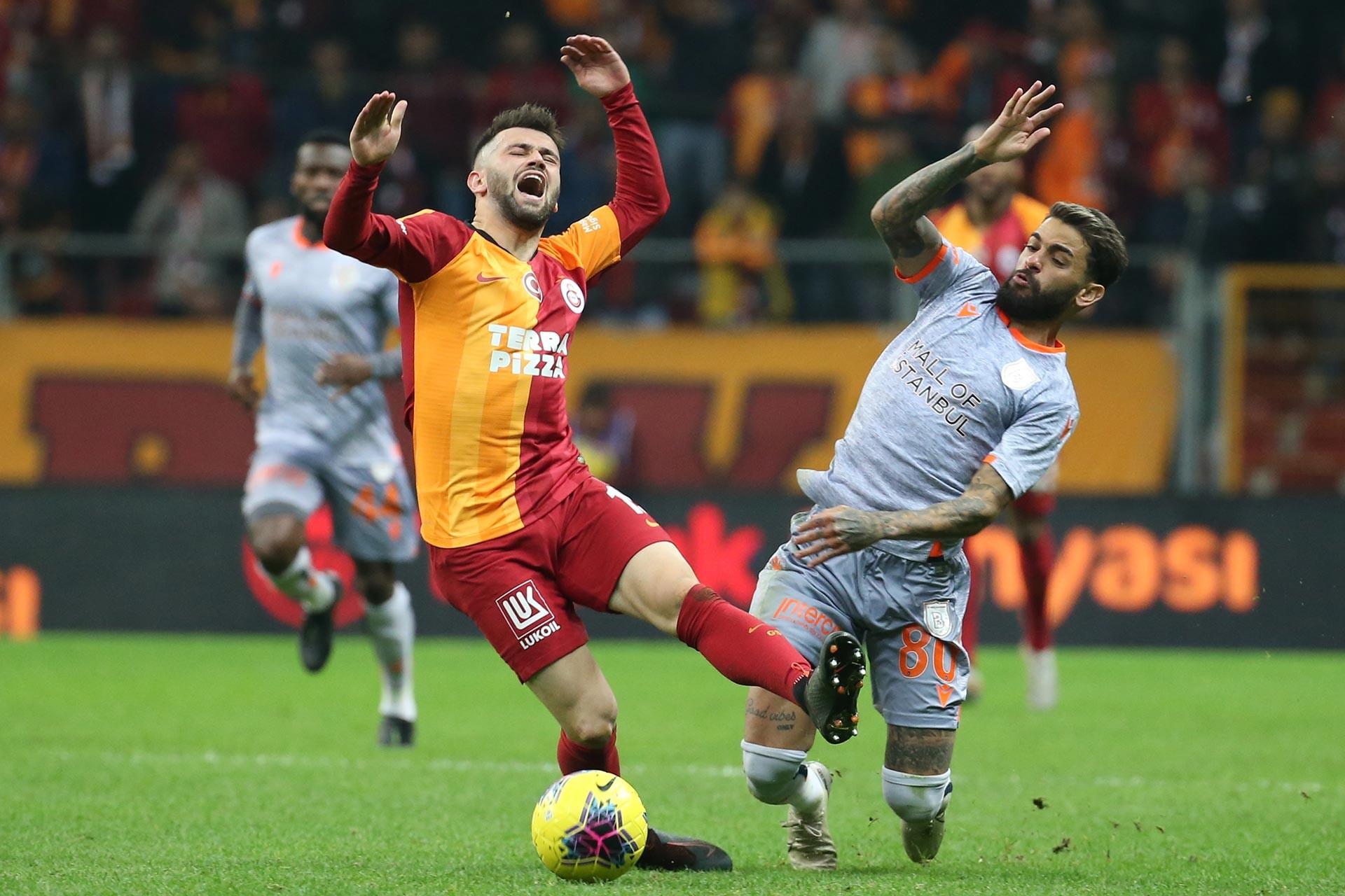 Galatasaraylı oyuncu Ömer Bayram, Başakşehir oyuncusu Uilson Junior ile maçta mücadele ederken