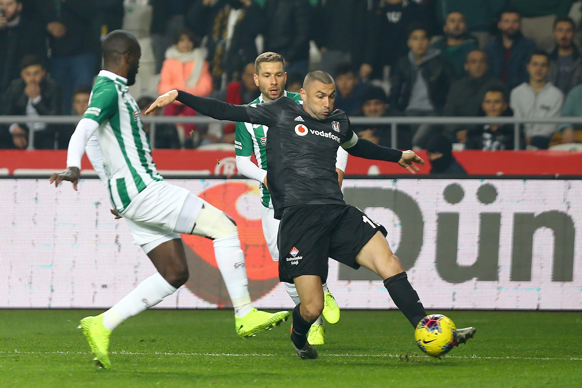 Konyasporlu Fallou Diagne ile Beşiktaş oyuncusu Burak Yılmaz maçta mücadele ederken