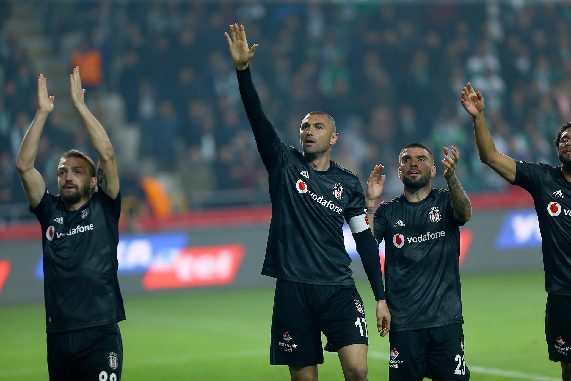 Beşiktaşlı Burak Yılmaz'ın attığı gol sonrası oyuncular sevinçlerini taraftarla paylaşırken