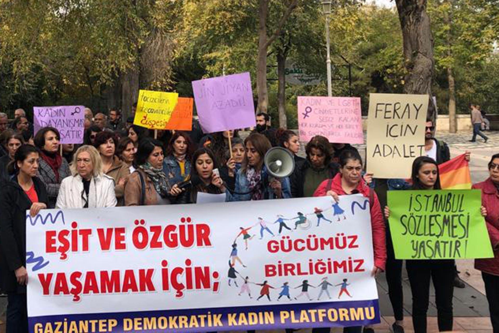 Gaziantep Demokratik Kadın Platformu, 'Eşit ve özgür yaşamak için gücümüz birliğimiz' pankartının arkasında basın açıklaması yaparken