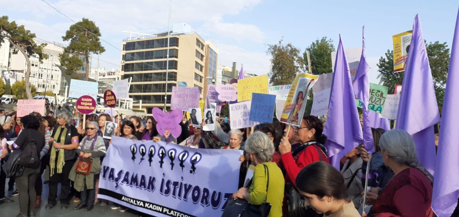 Meydanda, Antalya Kadın Platformu'nun Yaşamak İstiyoruz yazılı pankartını taşıyan kadınlar.