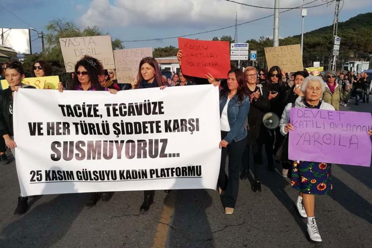 Maltepe'de 25 Kasım Gülsuyu Kadın Platformundan kadınlar Yaşamak İstiyoruz yazılı pankartını taşıyan kadınlar ellerinde pankartlarla yürüyor.