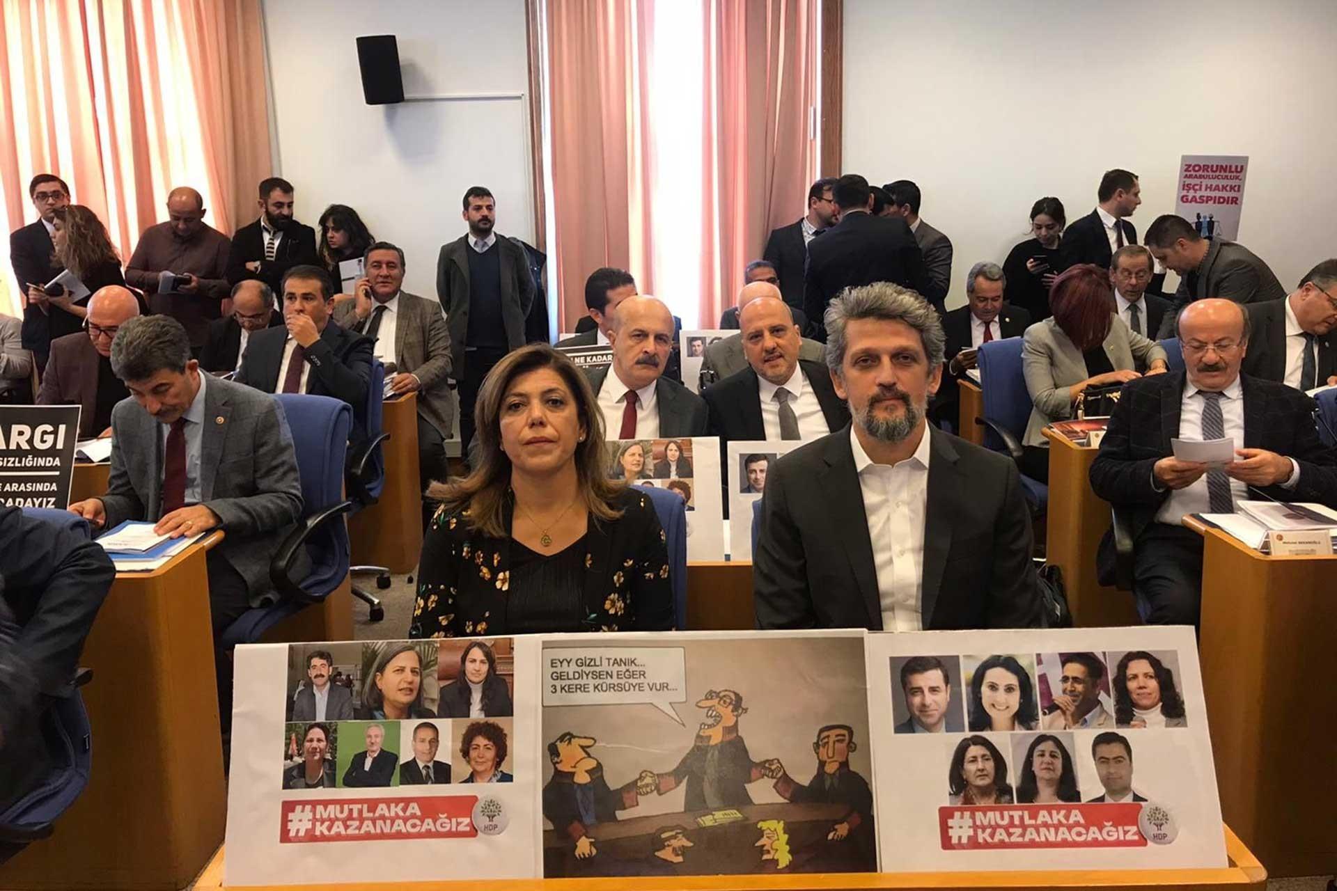 HDP Milletvekilleri Garo Paylan ve Meral Danış Beştaş ellerindek dövizlerle Plan Bütçe Komisyuonu'nda kayyumları protesto ediyor.