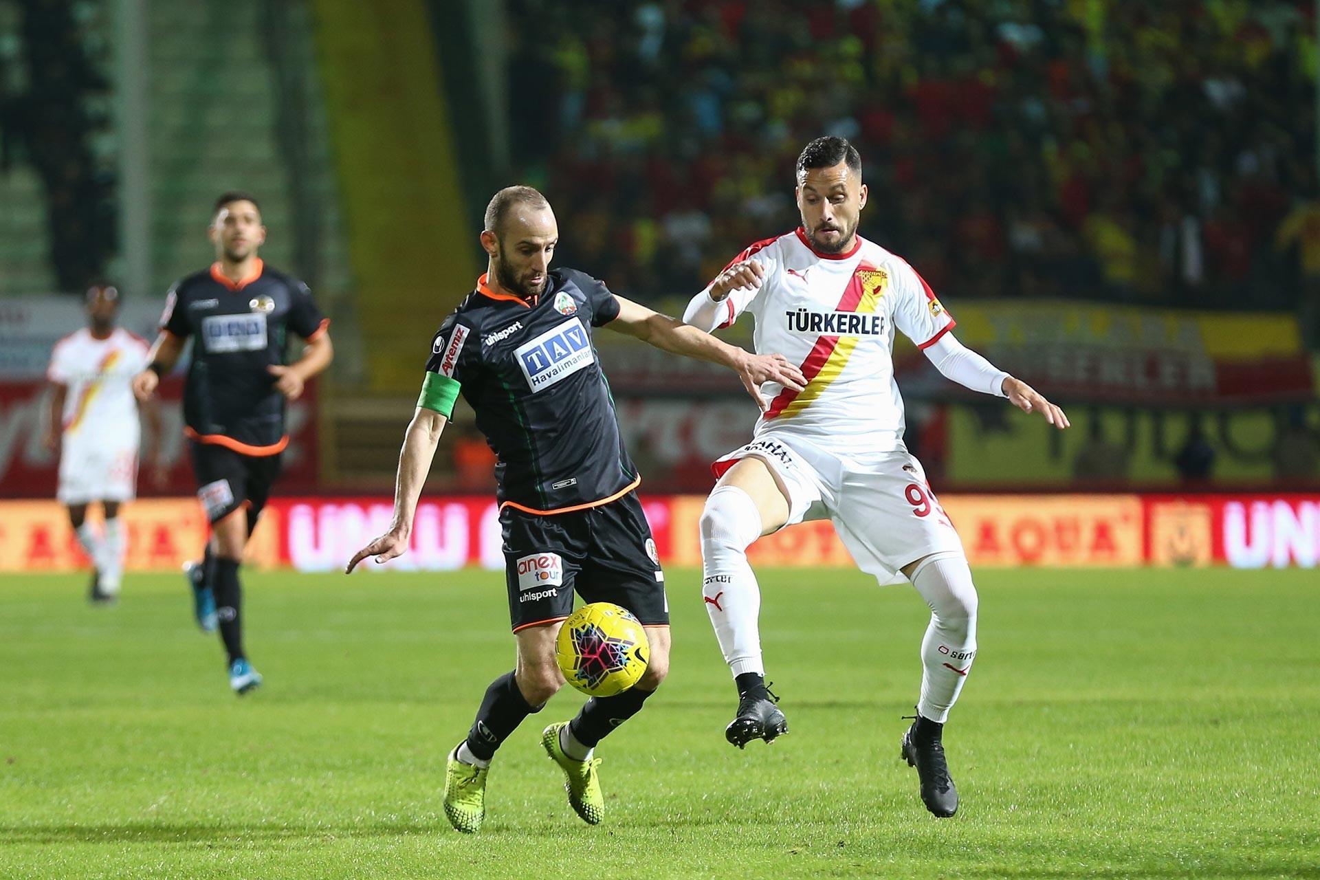 Alanyaspor'da Efecan Karaca rakibi Stefano ile maçta mücadele ederken