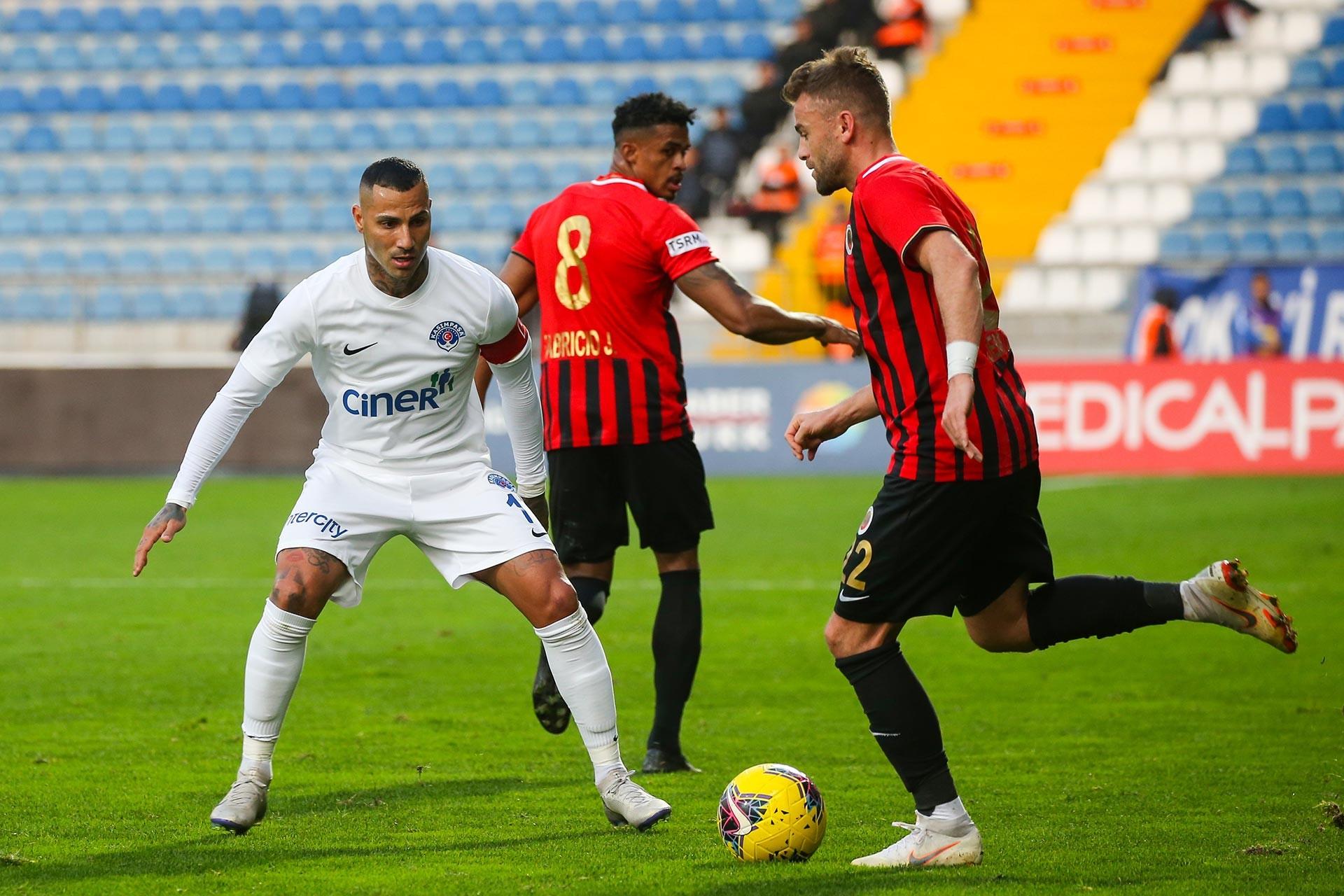Kasımpaşalı futbolcu Ricardo Quaresma, bir pozisyonda Gençlerbirliği oyuncusu Erdem Özgenç ile mücadele ederken