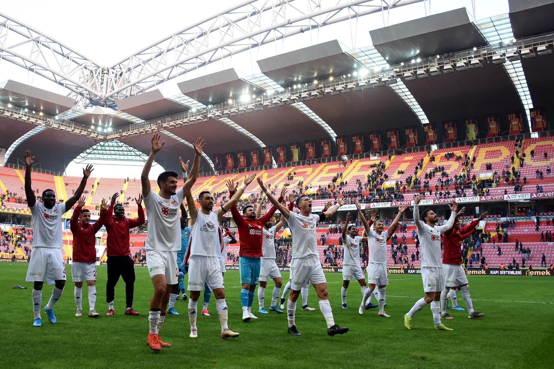 Sivasporlu oyuncular maç sonu galibiyet sevinci yaşarken