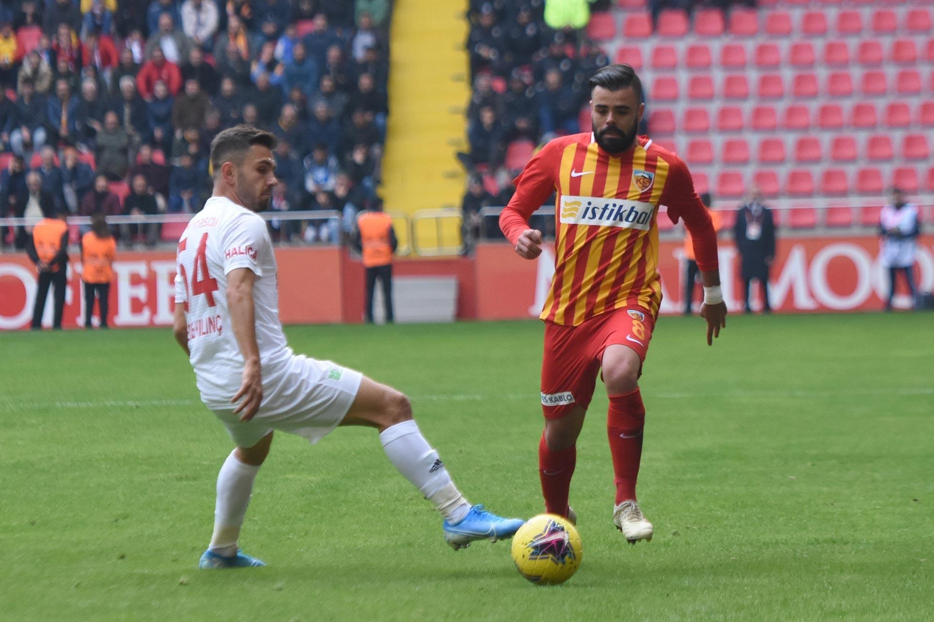 Kayserisporlu futbolcu Hasan Ali Acar ile Sivassporlu oyuncu Emre Kılınç maçta mücadele ederken