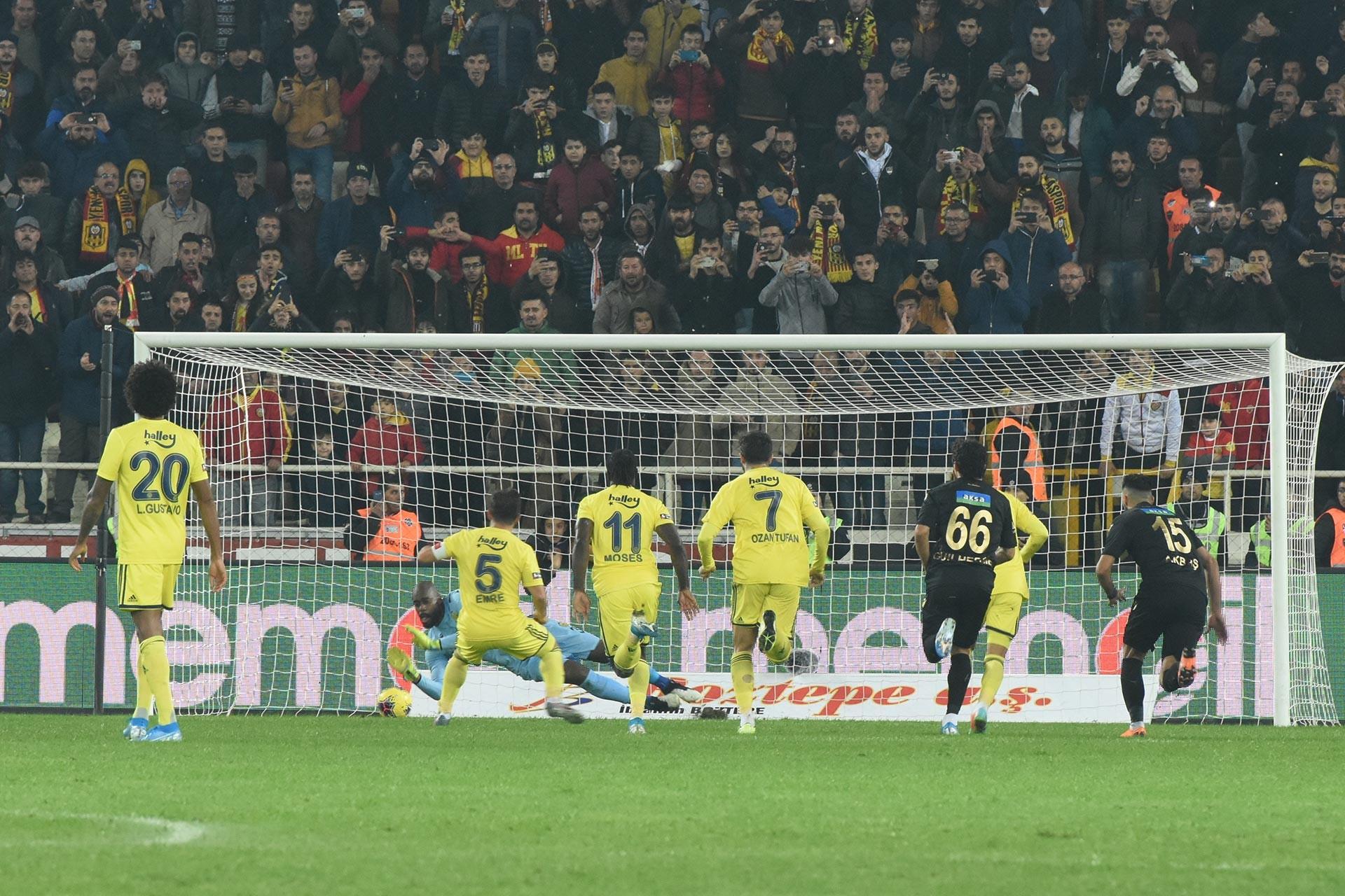 Fenerbahçeli futbolcu Emre Belözoğlu'nun kullandığı penaltıyı Yeni Malatyaspor kalecisi Farnolle kurtarırken