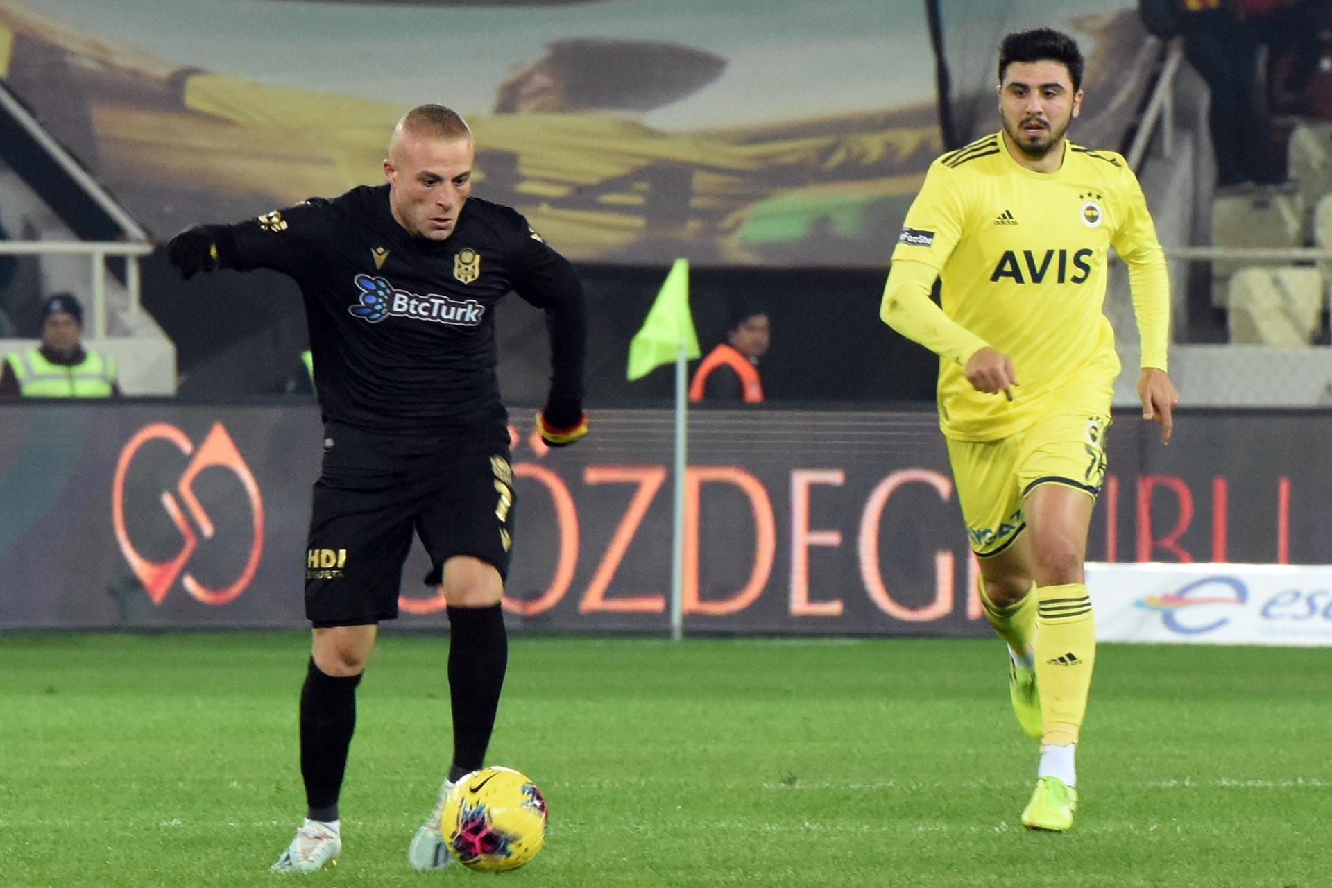 Yeni Malatyasporlu futbolcu Gökhan Töre ile Fenerbahçeli futbolcu Ozan Tufan maçta mücadele ederken