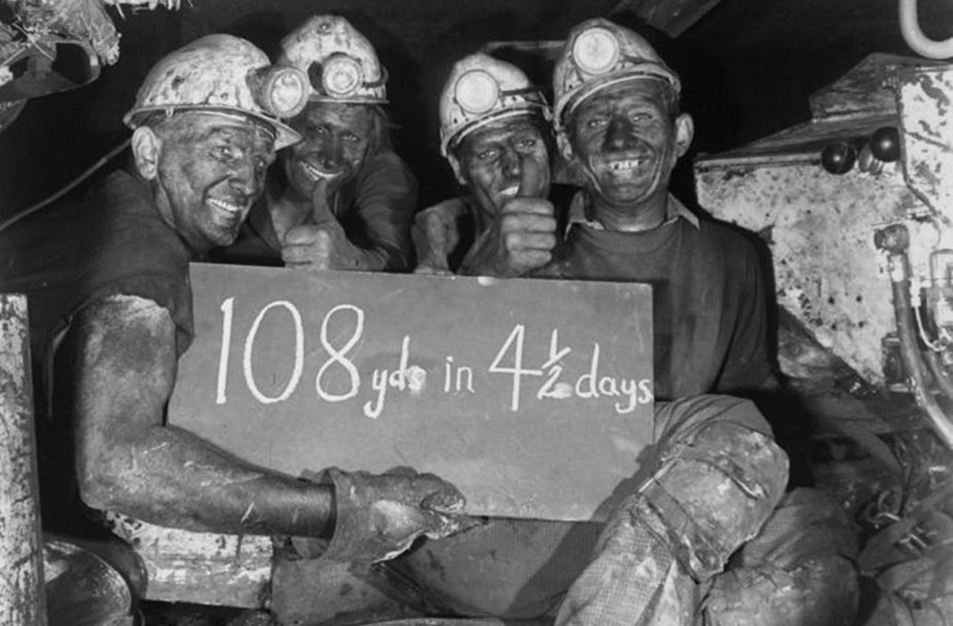 Bersham madeninde çalışan işçileri