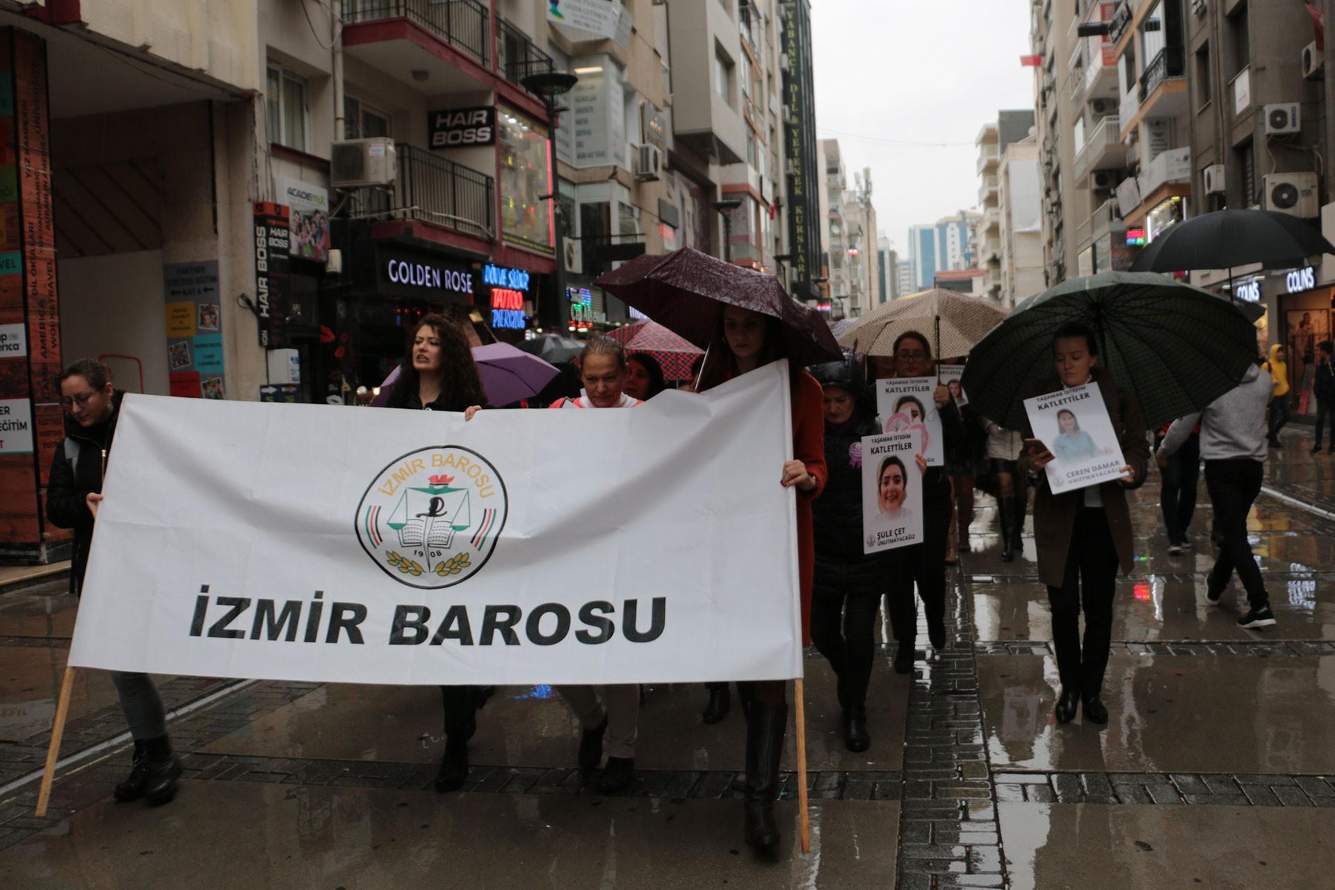 İzmir Barosuna bağlı kadın avukatlar, 25 Kasım dolayısıyla basın açıklaması yaptı.