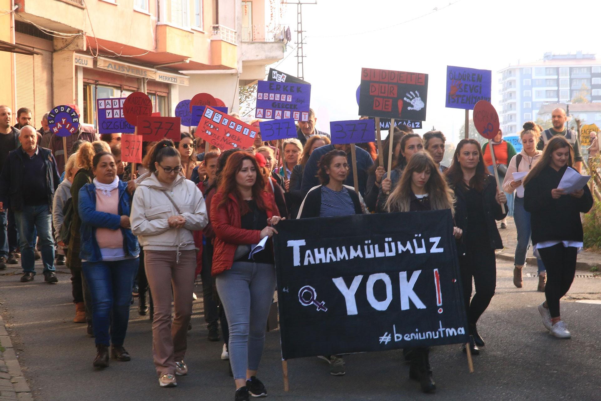 Kadınlar, şiddete karşı pankat dövizlerle yürüyor.