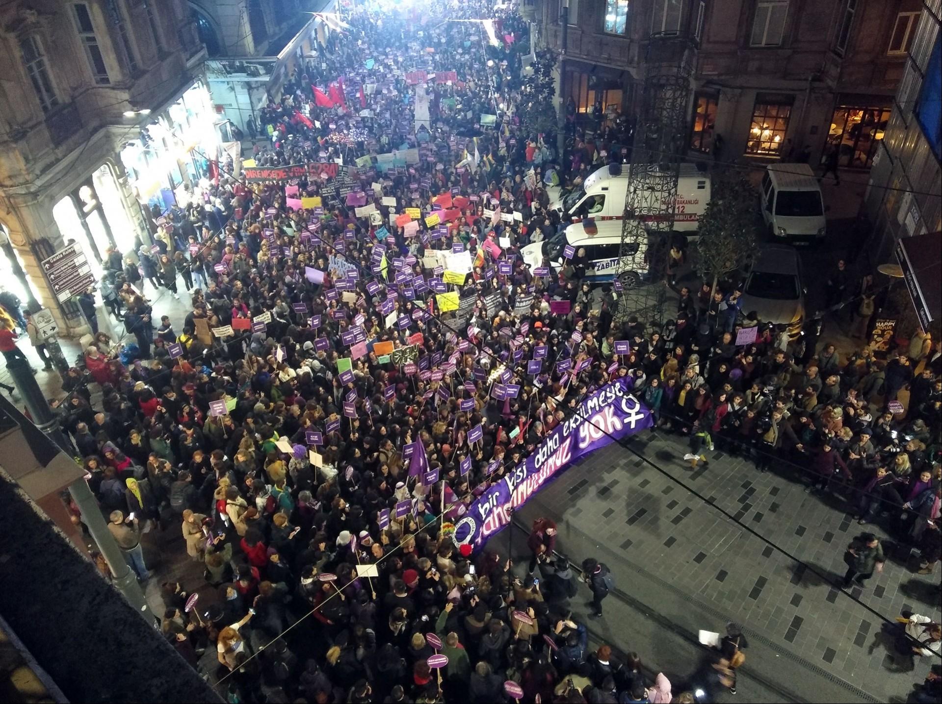 Taksim'de 25 kasım yürüyüşü