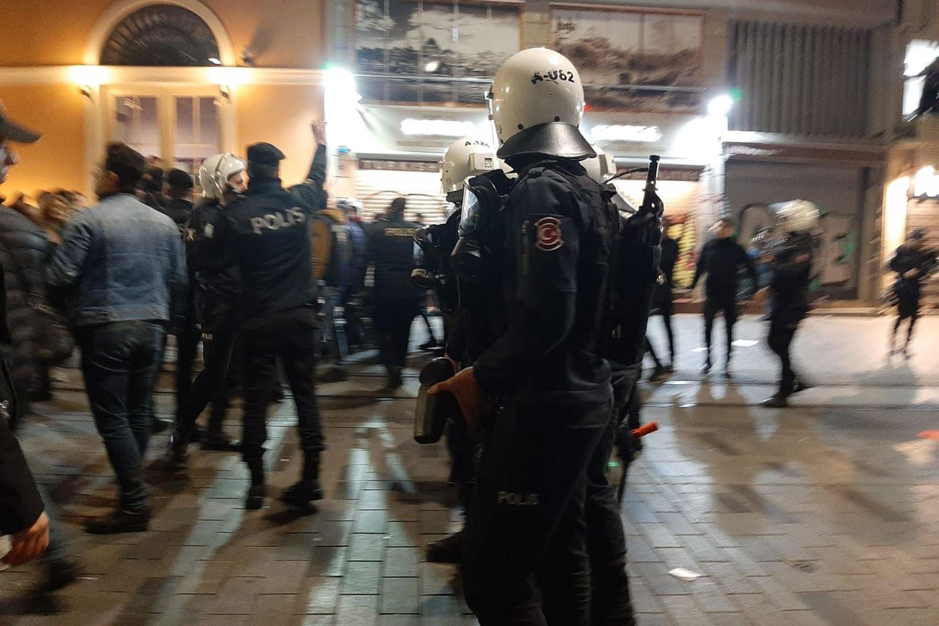 İstanbul'daki 25 Kasım eylemine müdahale eden polisler