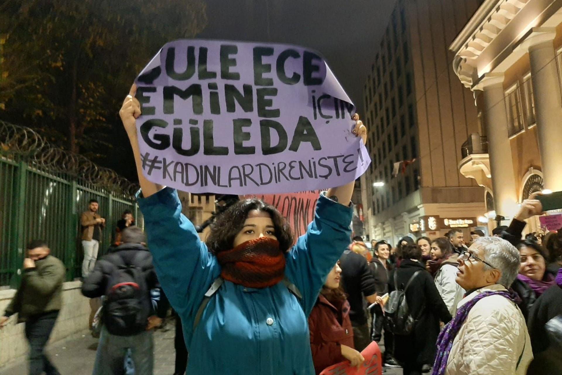 İstanbul'daki 25 Kasım eyleminde taşınan bir döviz