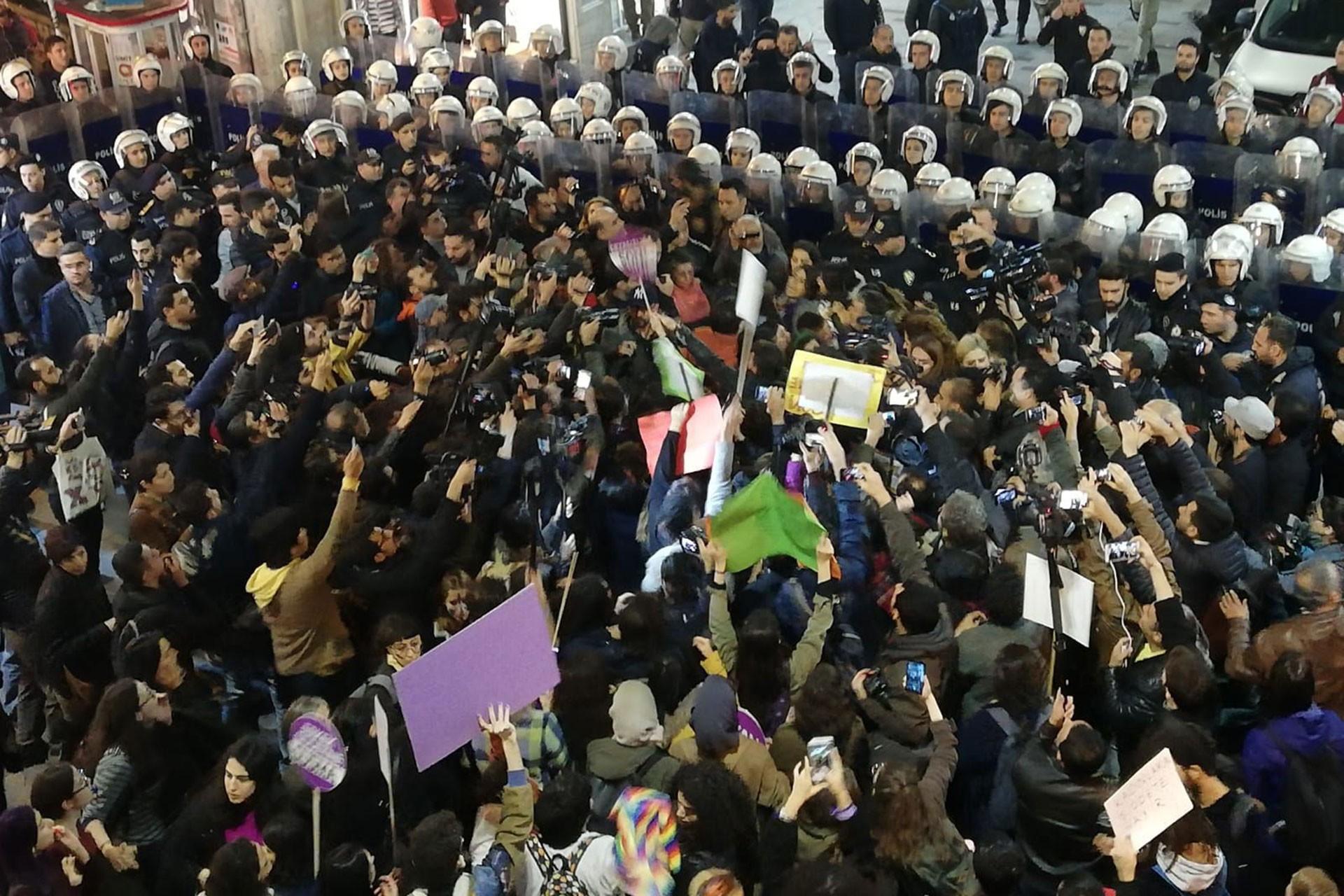 İstanbul'daki 25 Kasım eyleminde polisle karşı karşıya gelen kadınlar