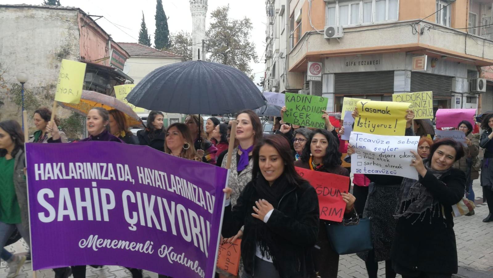 İzmir Menemen'de 25 Kasım'da bir araya gelen kadınlar.