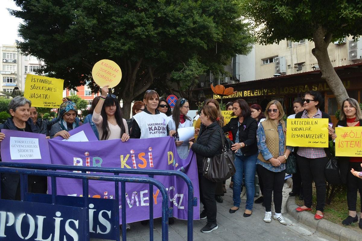 İskenderun'da şiddete karşı bir araya gelen kadınlar.