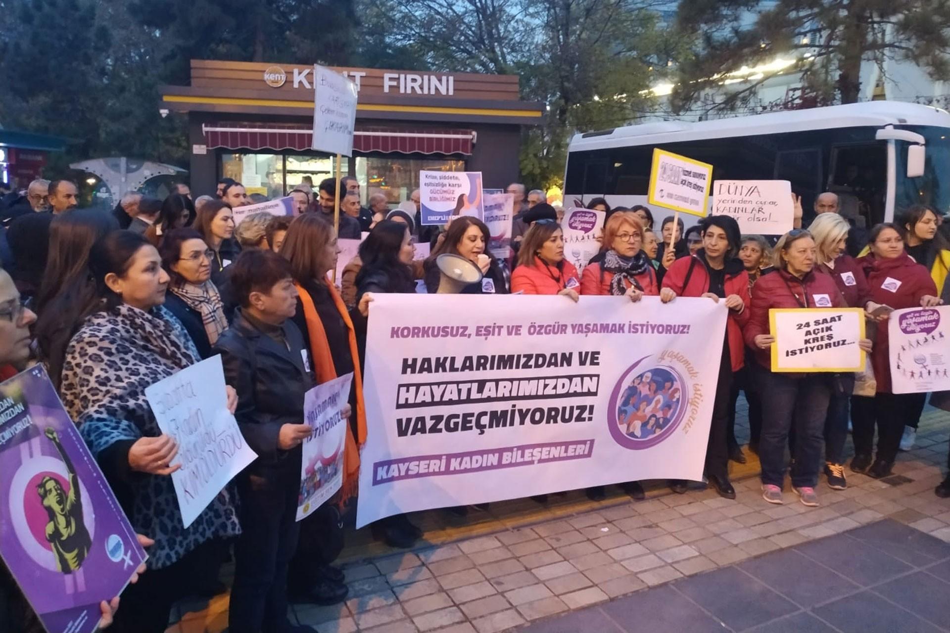 Kayseri'de 25 Kasım'da bir araya gelen kadınlar.