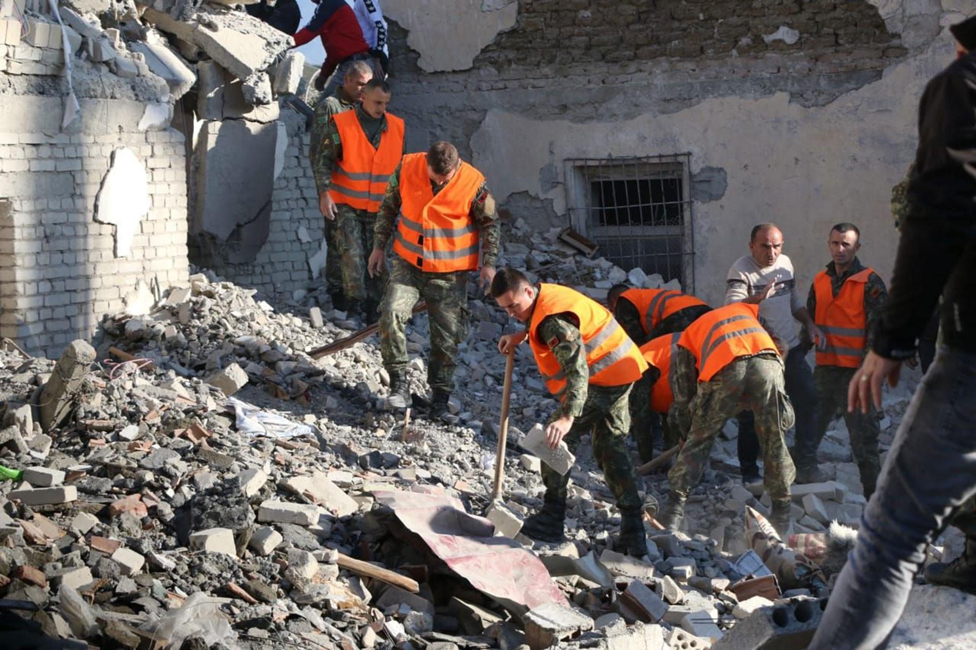 Arnavutluk'ta meydana gelen depremde yıkılan bina