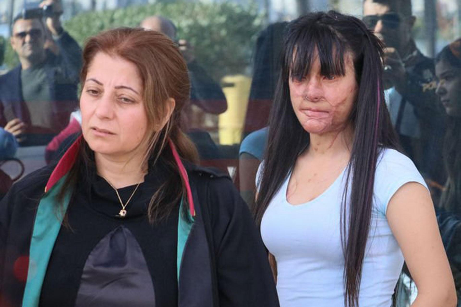 Avukat Mehtap Sert (solda) ve Berfin Özek (sağda)